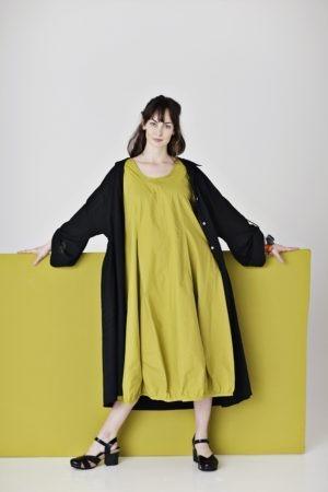 Lang lime kjole med prinsessesnit i økologisk bomuld