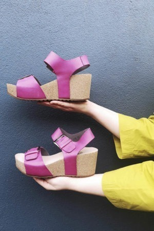 Pink sandal med spænder fra Lofina