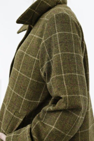 Kort ternet uldjakke med læg i ryggen