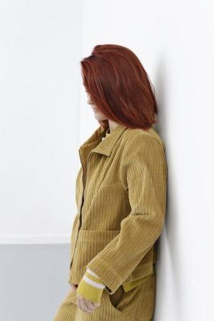 Gul kort bred jakke i bredriflet fløj